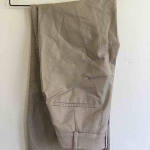 Beiga kostymbyxor från Mango! Använt max 3 gånger - mycket bra skick! Storlek 36, jag har sytt in i midjan men går enkelt att sprätta upp!