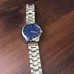 Fin klocka som inte har används ännu, den ska fungera som den ska. Ej riktigt guld.