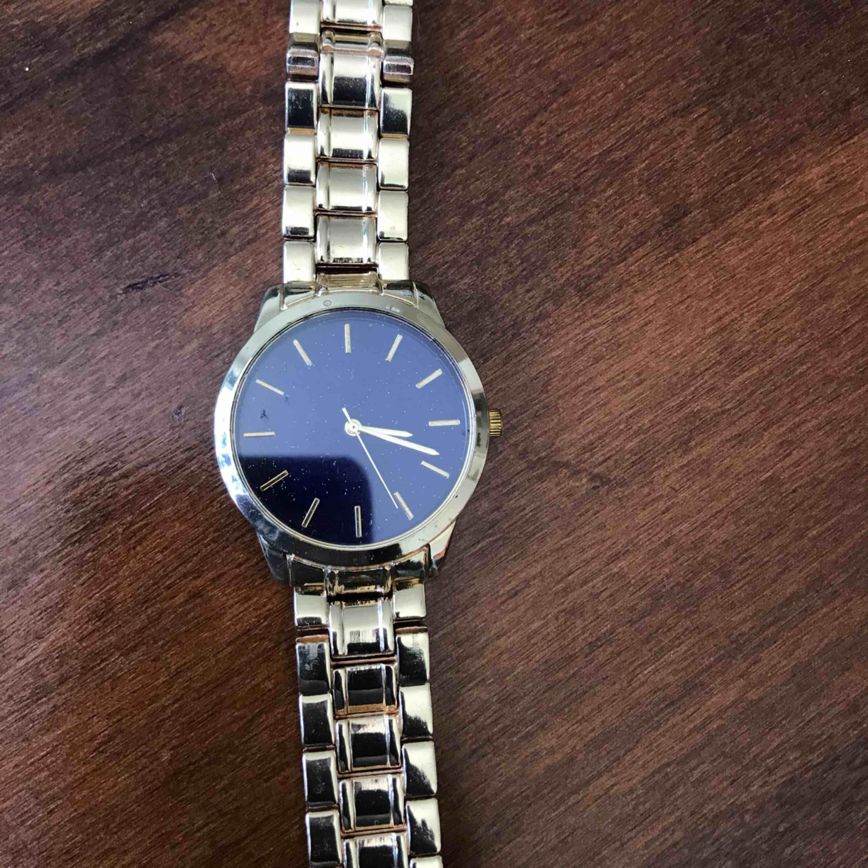 Fin klocka som inte har används ännu, den ska fungera som den ska. Ej riktigt guld.. Accessoarer.
