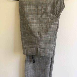 Rutiga bekväma kostymbyxor/byxor, köpt i Berlin, använt ca 3 gånger! Mycket bra skick!!!