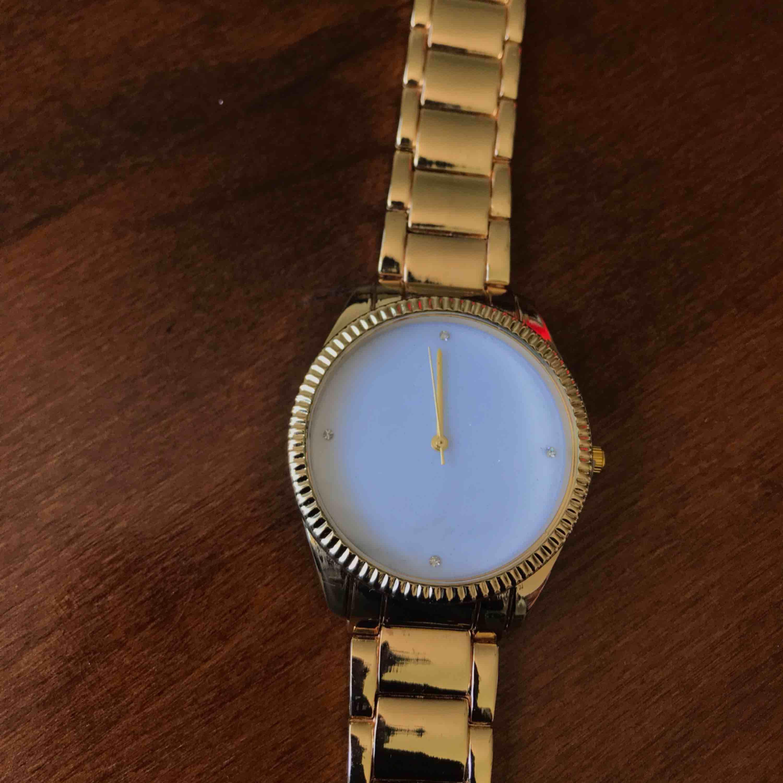 Ny klocka som har aldrig använts. Ej riktigt guld. Accessoarer.
