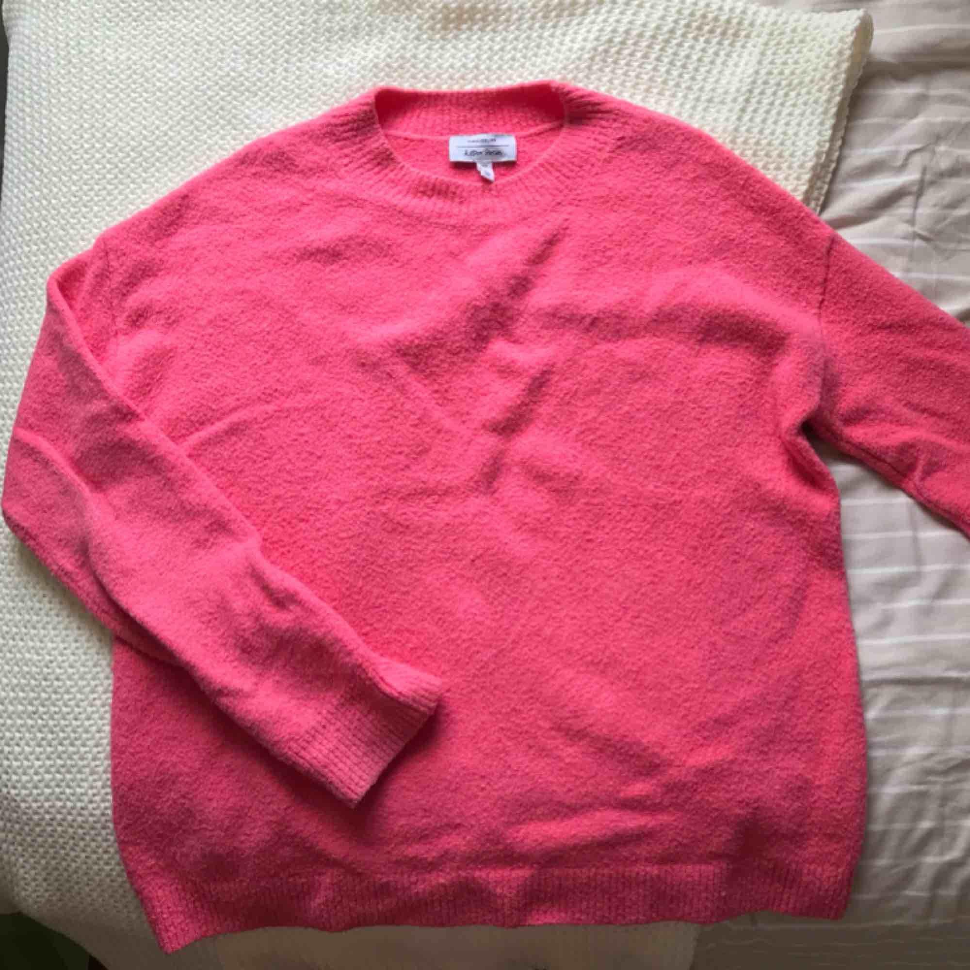Färgglad och superskönt tröja från & other stories som tyvärr inte kom till användning!! Knappt använd!! Köpare står för frakt. Tröjor & Koftor.