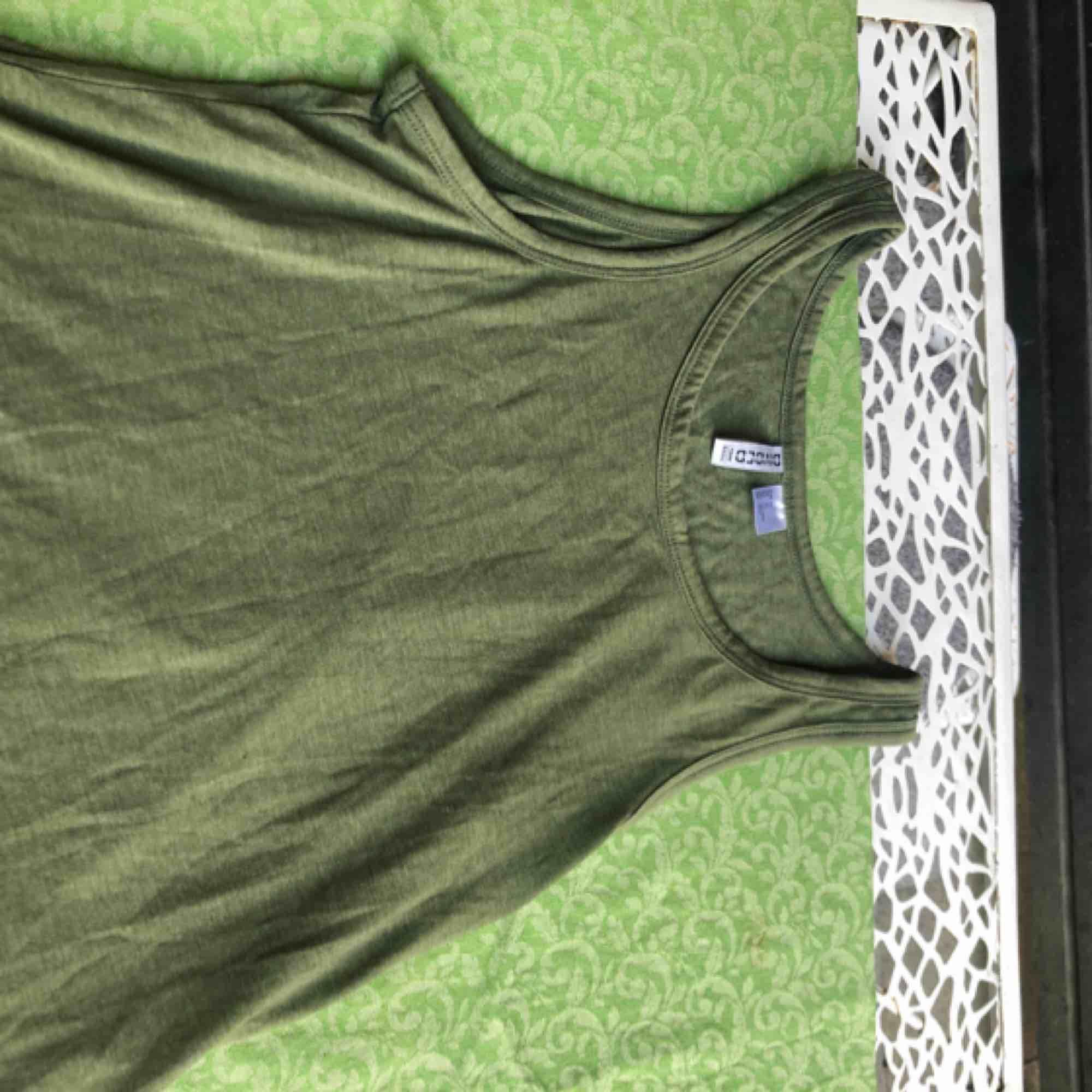 Ett mörkgrönt tunnt linne från h&m! GRATIS FRAKT! Typ aldrig använt🥰. Toppar.
