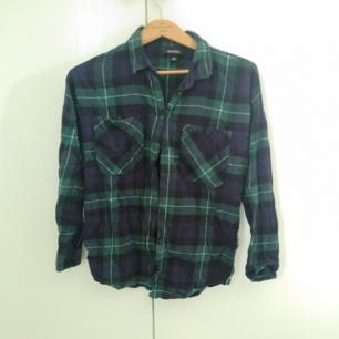 En oversized skjorta i storlek XS. Men passar upp till M.  Använd fåtal gånger, fint skick köpt på Monki.
