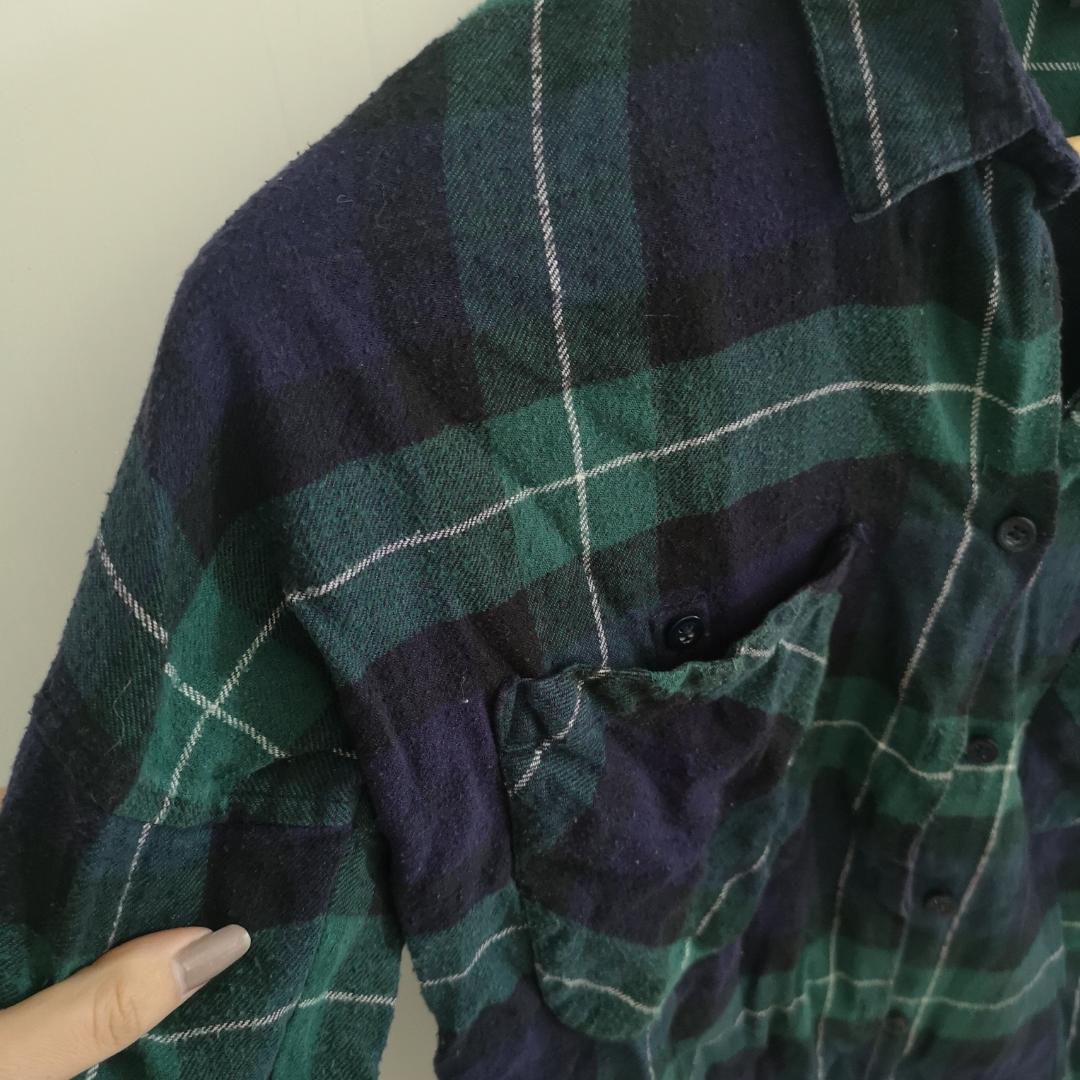 En oversized skjorta i storlek XS. Men passar upp till M.  Använd fåtal gånger, fint skick köpt på Monki. . Skjortor.