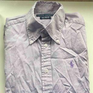Lila Ralph lauren skjorta , säljes pga den inte kommer till användning. Kan mötas upp i Borås och Ulricehamn , även posta.