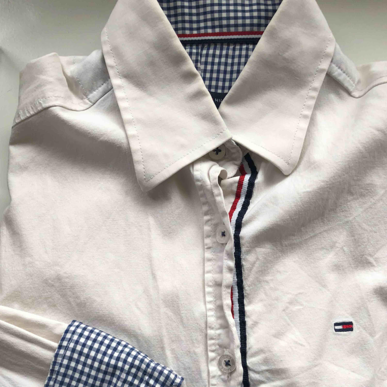 Tommy Hilfiger skjorta, väl använd men i bra skick. Kan nötas upp i Borås eller Ulricehamn , även posta. . Skjortor.
