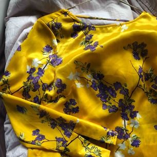 Blus från Gina tricot. Använd en gång. Andra bilden är ryggen. Kan nötas upp i Borås eller Ulricehamn , även posta.