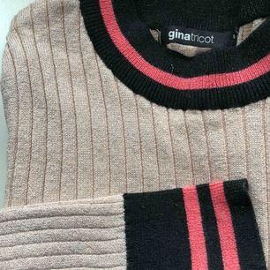 Polo tröja från gina tricot. Glittrig . Använd en gång. Kan nötas upp i Borås eller Ulricehamn , även posta.