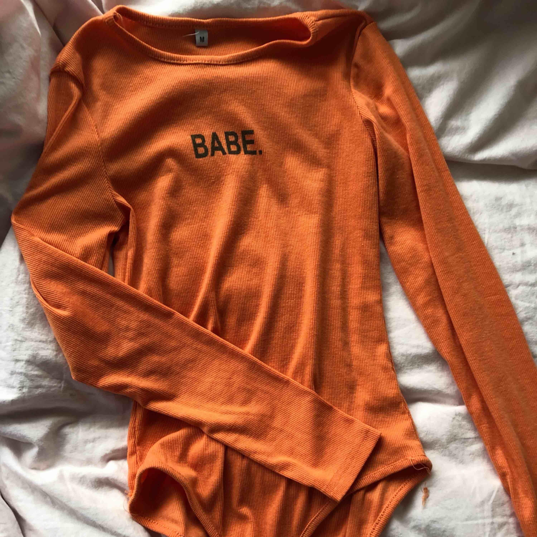 Orange Babe body, köpt på Wish . Står stl M men passar xs. Kan nötas upp i Borås eller Ulricehamn , även posta. . Toppar.