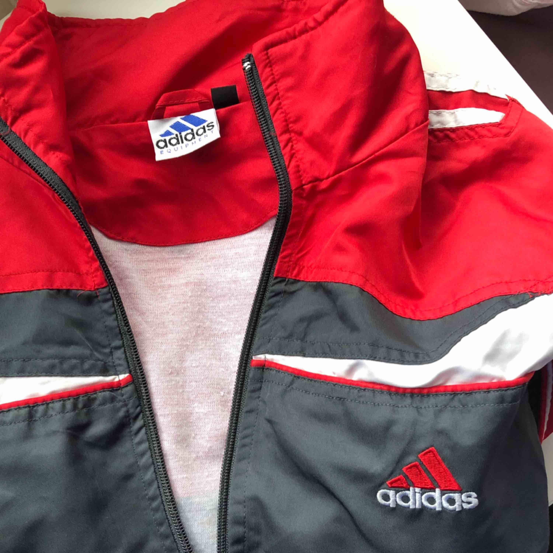 Adidas vindjacka , stl xs, lite kortade ärmar. Kan nötas upp i Borås eller Ulricehamn , även posta. . Huvtröjor & Träningströjor.
