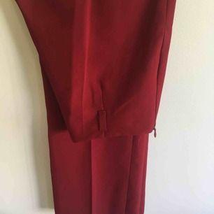 Super super fina röda kostymbyxor! Ganska bra skick! Vida ben men sitter lite tajtare på mina lår! Men somsagt vida längst ner!