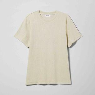Säljer en Bege T-shirt. Super fin. ( den är ej från weekday )