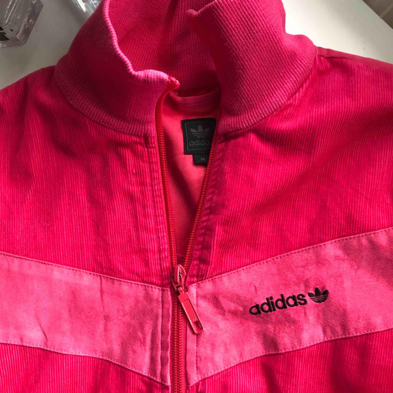 Neonrosa jacka från adidas. Stl xs . Kan nötas upp i Borås eller Ulricehamn , även posta. . Huvtröjor & Träningströjor.