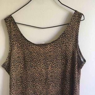 Vanligt leopard linne, sitter ganska löst på mig som har storlek 34!