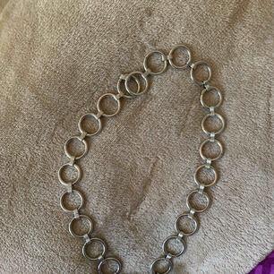 Snygg kedja som kan användas som halsband/byxkedja. Köpt ifrån Brandy Melville.