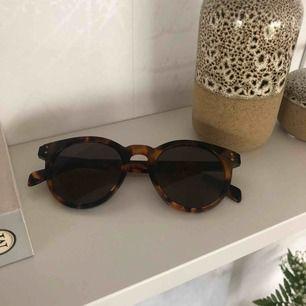 Marc Jacobs solglasögon köpta 2016 på Arlanda flygplats. Tyvärr har jag slarvat bort fodralet därav priset men glasögonen är i toppskick!