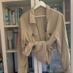Snygg beige vintage skjorta! Oanvänd av mig och i bra skick