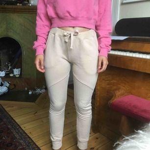 """Aprikos/beige comfy byxor i sweatshirt-tyg, med """"ridbyxsöm"""" över lår/knä."""