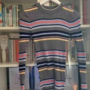 Snygg tajt randig tröja ifrån Bikbok. I stort sett oanvänd.