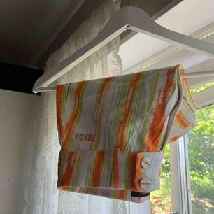 Y2K kjol ifrån Prada! Älskar men lite för kort för mig. Kom med egna prisförslag!