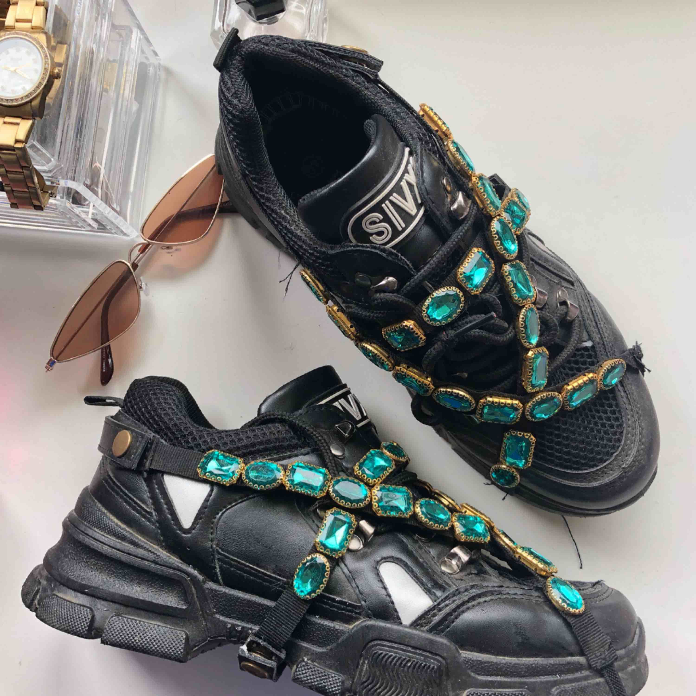 Gucci inspirerade skor Med avtagbara stenar. Köpta utomlands. Säljes pga inte kommer till användning. Kan nötas upp i Borås eller Ulricehamn , även posta. . Skor.