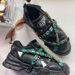Gucci inspirerade skor Med avtagbara stenar. Köpta utomlands. Säljes pga inte kommer till användning. Kan nötas upp i Borås eller Ulricehamn , även posta.