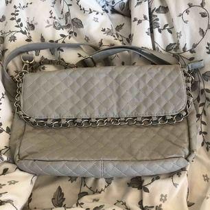 Väskan är använd några gånger men precis som ny! Går inte att lämna tillbaka vid köp, köparen betalar frakt.