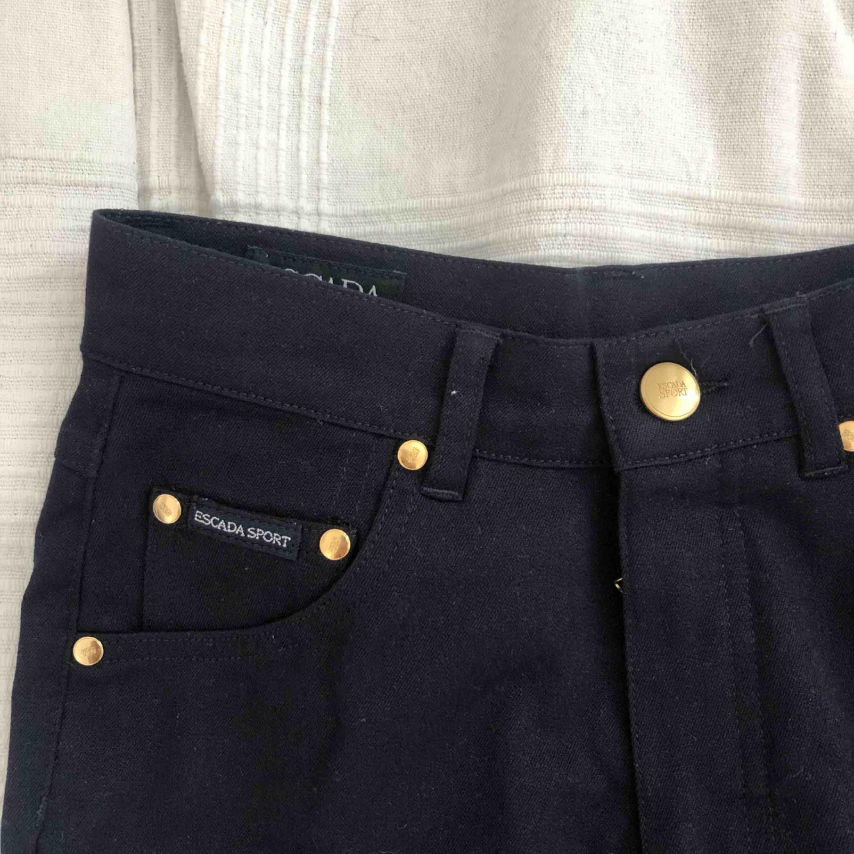 Skitsnygga byxor från Escada! Byxorna är i ett jätteskönt material och i mom jeans-ish modell. Byxorna är mer mot marinblå i verkligheten. Aldrig använda därför säljer jag dem, köparen står för frakt :). Jeans & Byxor.