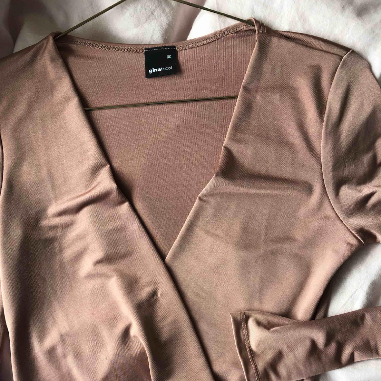 Rose färgad body från Gina tricot. Kan mötas upp i Borås eller Ulricehamn , även posta. . Toppar.