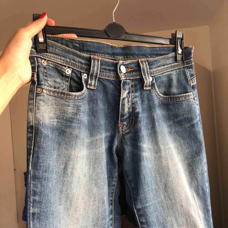 Jätte fina jeans , köpta utomlands så vet ej märket. Sitter fint och är bekväma. Tyvärr blivit för små för mig . . Jeans & Byxor.