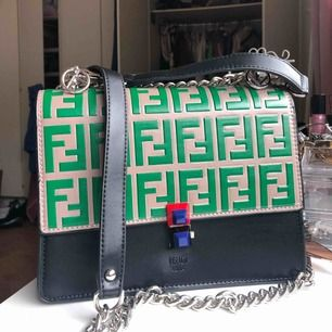 Fendi väska köpt utomlands (Fake). Jätte fin och helt ny men kommer tyvärr inte till användning. Jätte bra kopia.