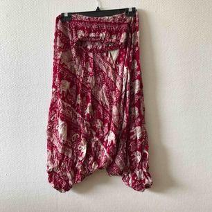 Goa haremsbyxor med fint elefantmönster 🐘 | One size fits most • Okänt material men antagligen bomullsblandning • Köpta 2hand, fint begagnat skick • Inga skavanker, lätt tvättpåverkat • + frakt 59kr