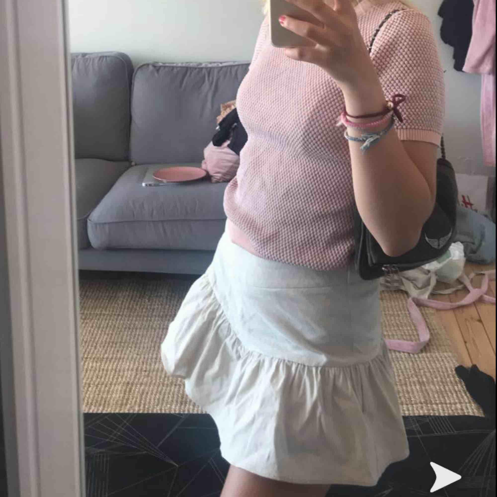 Säljer en söt kjol från zara eftersom jag redan har flera liknande. Endast använd 1 gång så i väldigt gott skick! (Kjolen har även shorts under så att man inte visar allt om det skulle blåsa). Kjolar.