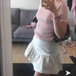 Säljer en söt kjol från zara eftersom jag redan har flera liknande. Endast använd 1 gång så i väldigt gott skick! (Kjolen har även shorts under så att man inte visar allt om det skulle blåsa)