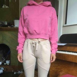 Rosa crop hoodie. Nyskick.