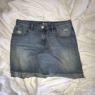 jeanskjol köpt på cubus, fin passform och bra skick.