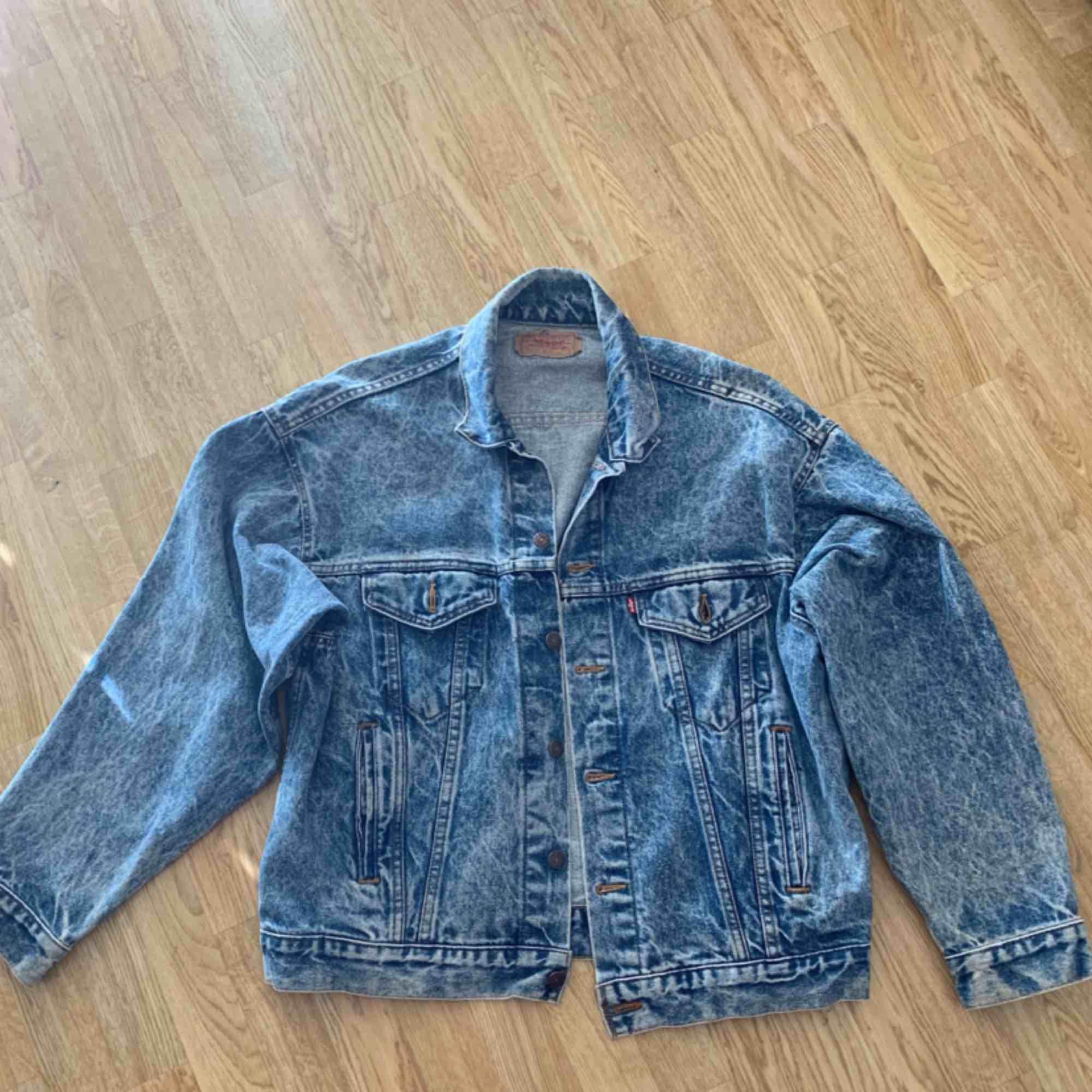 En oversize vintage Levis jeansjacka, köpt i vintagebutik i London. Storlek large, men kan absolut användas om man är storlek XL då den är oversized! Säljs då den helt enkelt inte används. Kan skickas, köpare får stå för frakt i så fall. . Jackor.