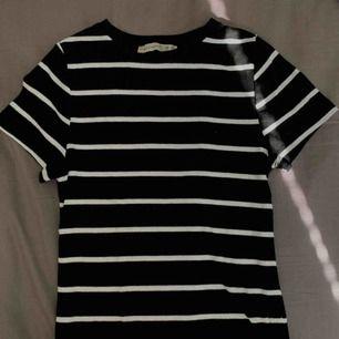 Tight randig t-shirt från Primark🖤 ribbad och passar till mycket! Fraktar helst tillsammans med något annat, så kolla mina andra annonser🌹 Fraktpriset tillkommer💌