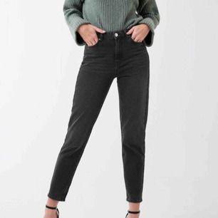 Svarta mom-jeans i modellen Leah från Gina Tricot. Ordinarie pris: 499kr. Använda endast ett fåtal gånger.