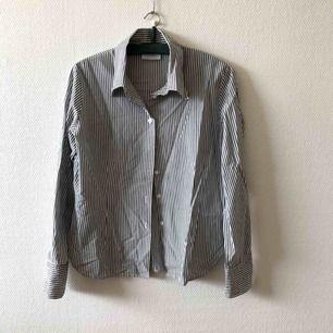 Fantastiskt härlig skjorta, stoppa gärna in i höga jeans | • Lindex • Storlek 42/44, passar M/L • 50% bomull & 50% polyester • Knappt använd, superfint skick • + Frakt 59kr