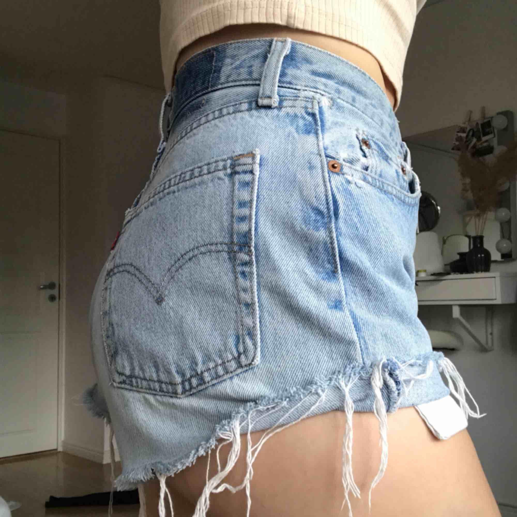 Ett par skitsnygga shorts från Levi's i storlek 27. Vintage och snygg design. Ett par perfekta shorts att ha i garderoben.  Köptes på Beyond retro Säljs pga. Dom har blivit lite små💛. Shorts.