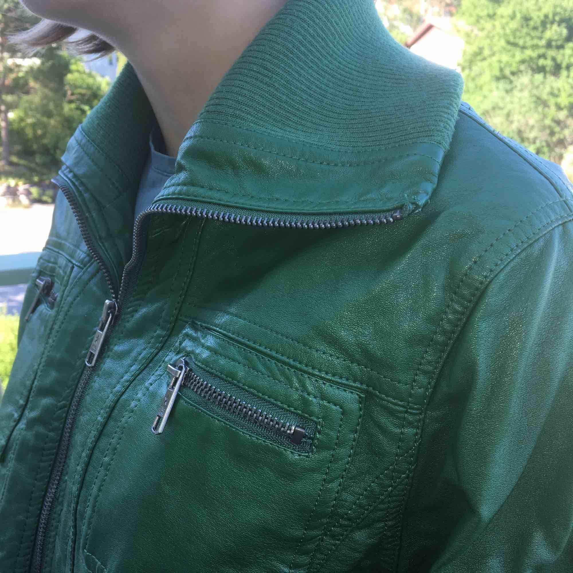 Supersnygg skinnjacka, Philip Russel. Klargrön. Bred mudd över höfterna. Mudd vid ärmslut och som krage (polo). Knappt använd.. Jackor.