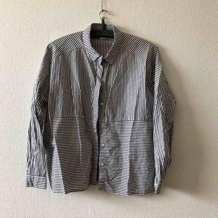 Sommarens skjorta i boxig modell, slits i sidorna | • Monki • Storlek S, boxig & passar även M • 100% bomull • Köpt 2hand, fint skick! Mindre tråddragning fram, se bild • + Frakt 42kr