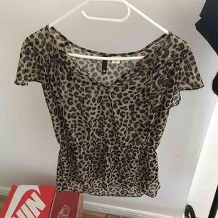 Denna fina tröja säljer jag, knappast använd.Nypris:350 kr, går att frakta,köparen står för frakten.Priset kan sänkas.