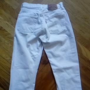 Vita levis 501, straight modell på jeansen. Köpta på vintage handel.