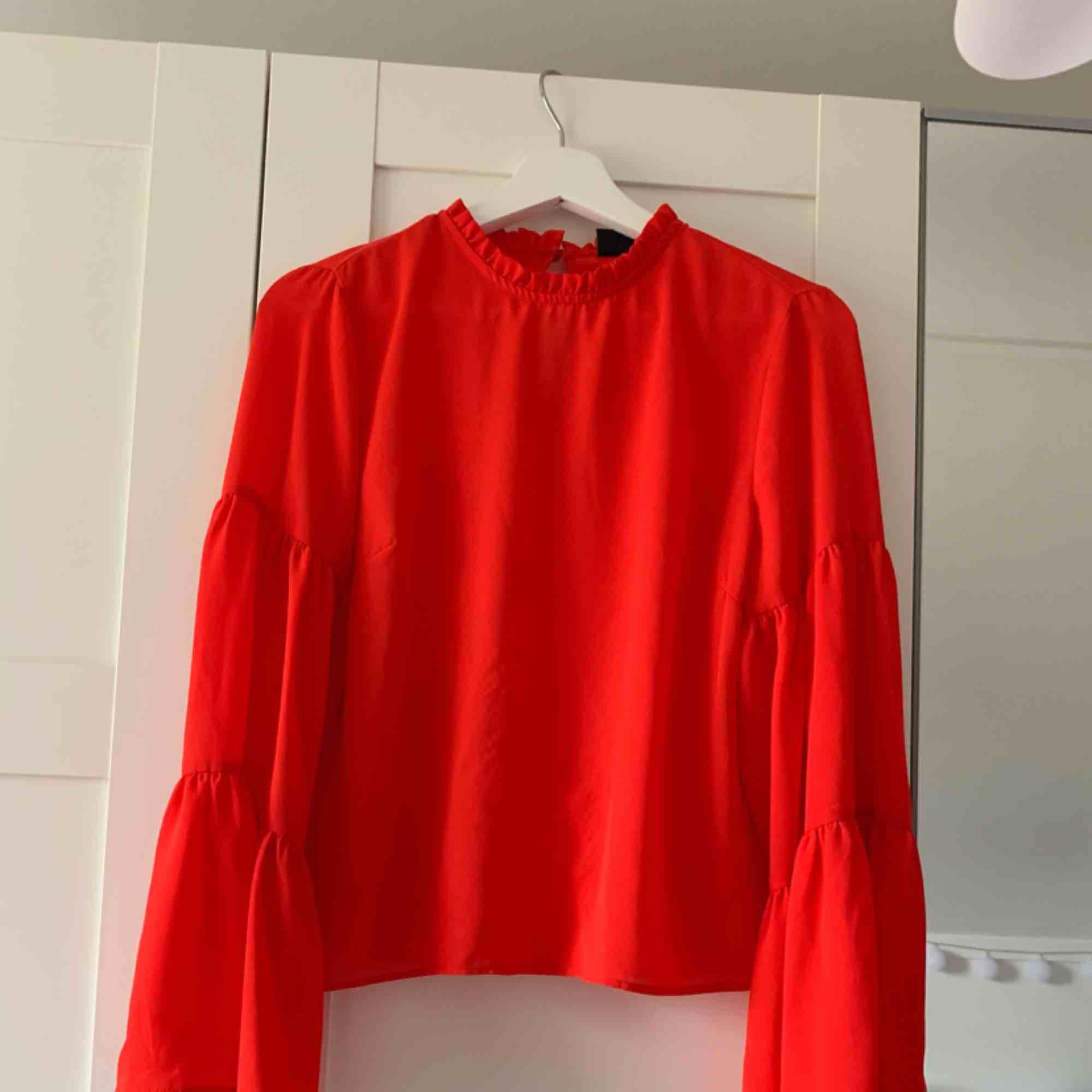 Röd blus med vida ärmar från Gina Tricot. Köparen står för frakten. Blusar.
