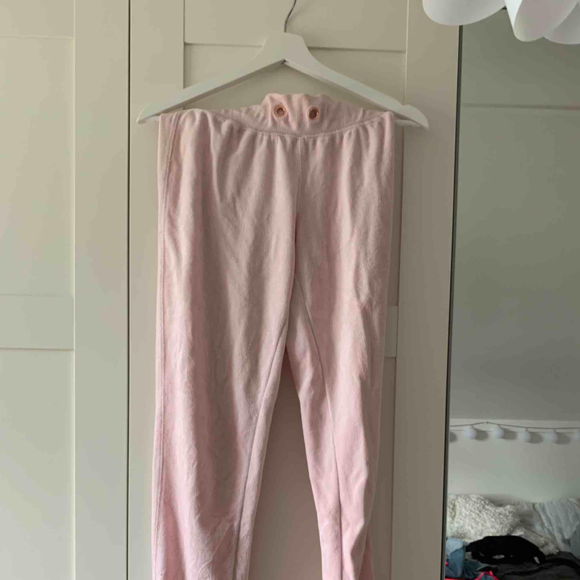 Rosa tröja och byxor från Cubus. Köparen står för frakten. . Tröjor & Koftor.