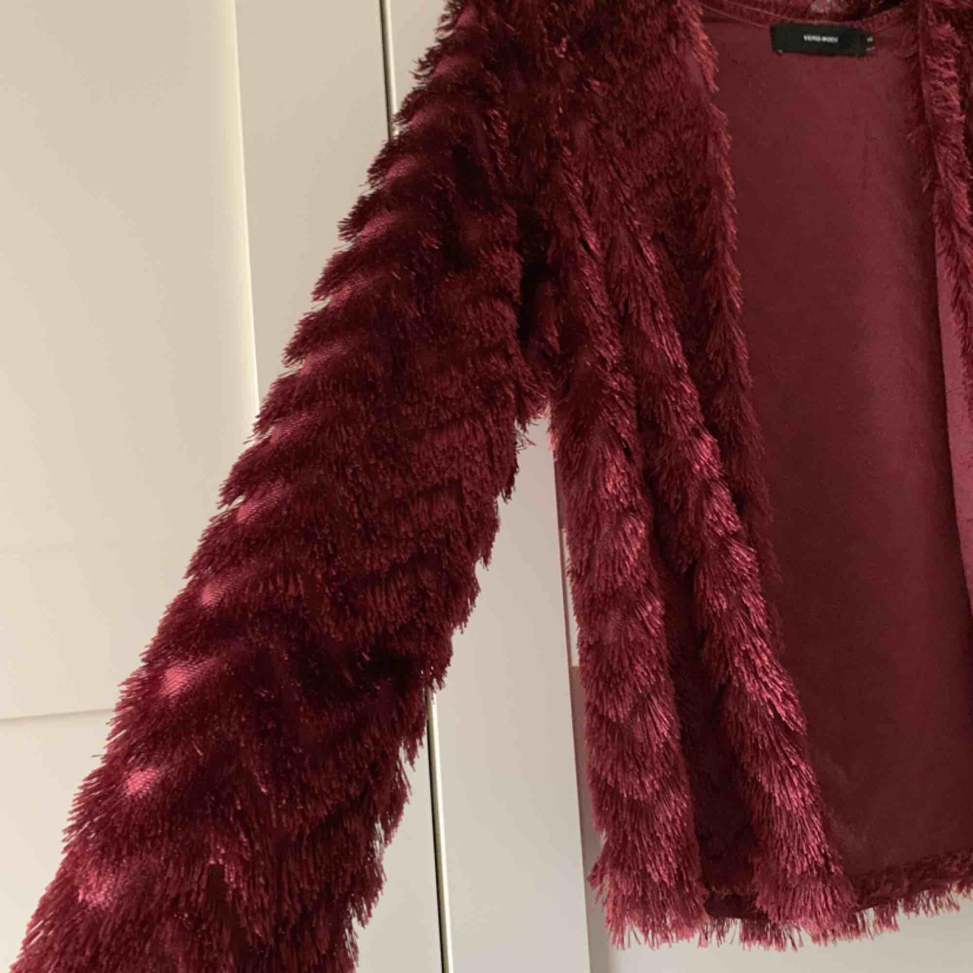 Vinröd kofta med mönster från Vero Moda. Köparen står för frakten. . Tröjor & Koftor.
