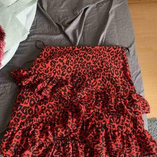Röd leopardkjol med volang från bikbok. Köparen står för frakt.